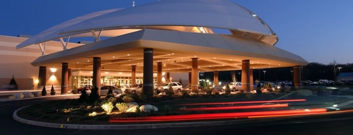 Twin River Casino is one of Lugares favoritos de Lindsey.