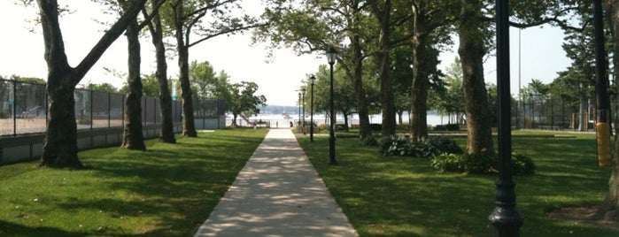 Manorhaven Beach Park is one of Lugares favoritos de Brian.