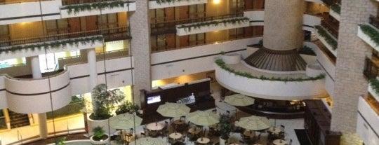 Embassy Suites by Hilton is one of Tempat yang Disukai Jennifer.