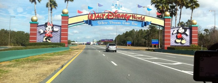 Walt Disney World Main Entrance is one of Orte, die Clark gefallen.