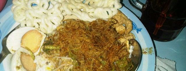 Nasi Pecel Pandegiling Bu Joyo is one of The most favorite foods in Surabaya.