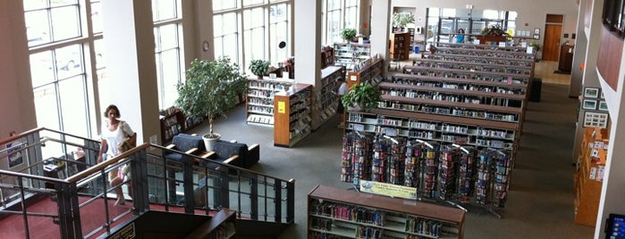 Manitowoc Public Library is one of Lugares favoritos de Chess.