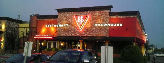 BJ's Restaurant & Brewhouse is one of ESTHER 님이 좋아한 장소.