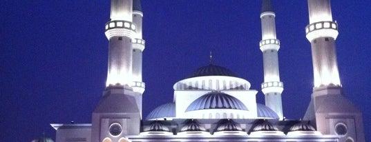 Al Farooq Omar Bin Al Khattab Mosque مسجد الفاروق عمر بن الخطاب is one of MAQ'ın Beğendiği Mekanlar.