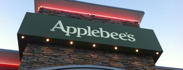 Applebee's Grill + Bar is one of Tempat yang Disukai Fernando.