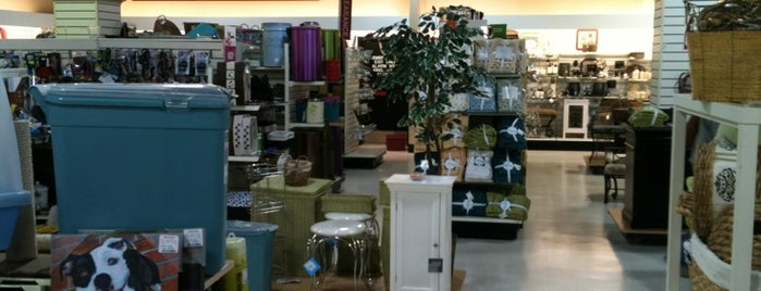 T.J. Maxx & HomeGoods is one of Rafaelさんのお気に入りスポット.