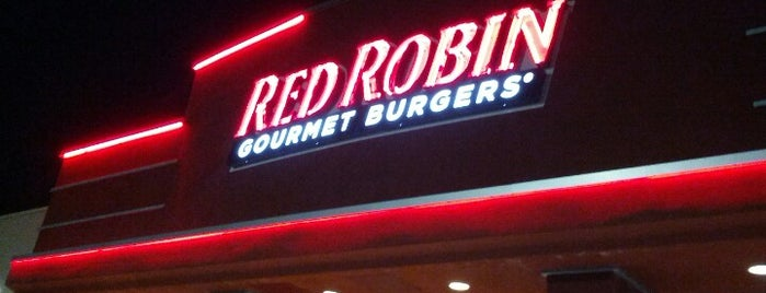 Red Robin Gourmet Burgers and Brews is one of Lugares favoritos de Scott.