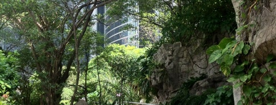 Cheung Kong Park is one of 101个宿位,在香港见到你死之前 - 101 places in Hong Kong.