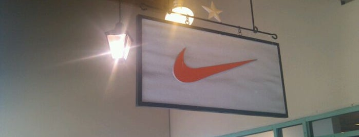Nike Factory Store is one of Lieux qui ont plu à Angeles.