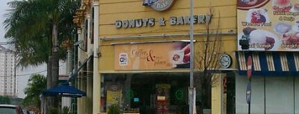 Nash Donuts & Bakery is one of Lieux qui ont plu à Melvin.