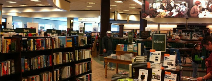 Barnes & Noble is one of Locais curtidos por Marie.
