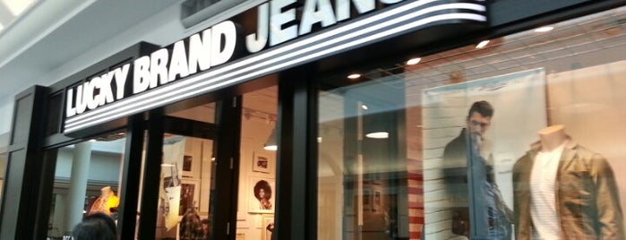 Lucky Brand is one of Lugares favoritos de Christopher.