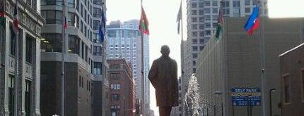 Plaza of the Americas is one of Posti che sono piaciuti a Sandybelle.