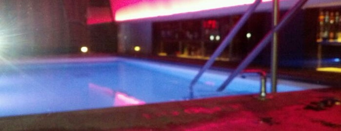 QT Bar & Pool Loung @Grace Hotel is one of Nightlife.