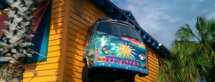 Fudpuckers Beachside Bar & Grill is one of Tempat yang Disukai Srini.