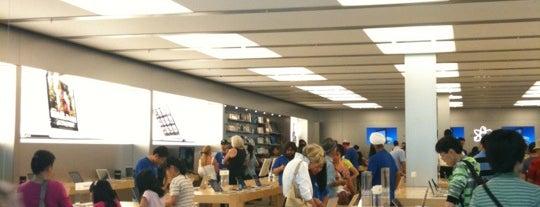 Apple Oakridge Centre is one of Lieux qui ont plu à Moe.