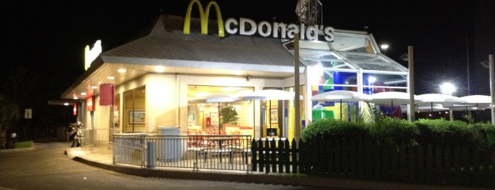McDonald's is one of Locais curtidos por Paola.