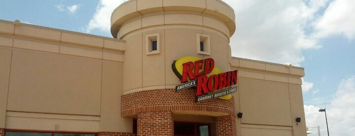 Red Robin Gourmet Burgers and Brews is one of สถานที่ที่ Wade ถูกใจ.