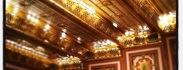 Civic Opera House is one of Lugares favoritos de Wayne.