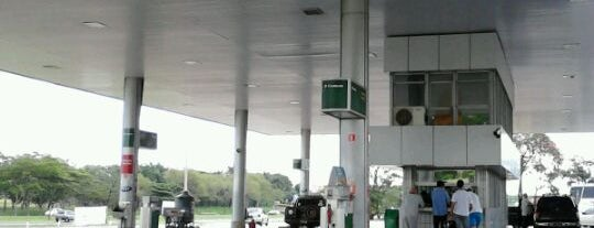 Auto Posto Cocenzo is one of สถานที่ที่ Heloisa ถูกใจ.