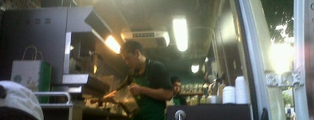 Starbucks is one of Tempat yang Disukai Marteeno.