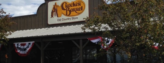 Cracker Barrel Old Country Store is one of Lindsaye'nin Beğendiği Mekanlar.