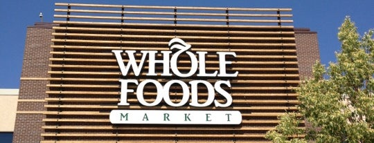 Whole Foods Market is one of Tempat yang Disukai Sierra.