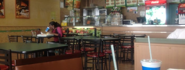 Subway is one of Tempat yang Disukai Clau.