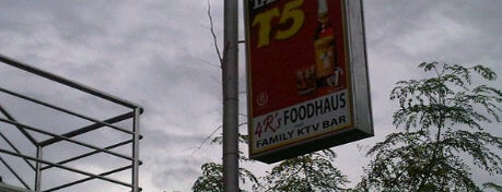 4R's Foodhaus & Family KTV Bar is one of Tempat yang Disukai Peachy.