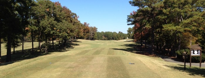 Chapel Hill Country Club is one of Lugares favoritos de Raymond.