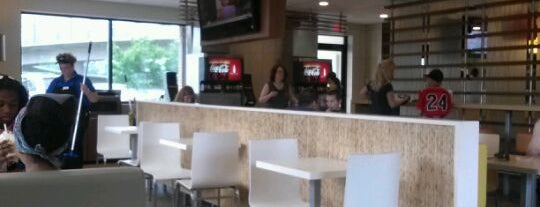 McDonald's is one of Locais curtidos por Alan.