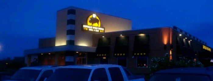 Buffalo Wild Wings is one of Tempat yang Disukai Michael.