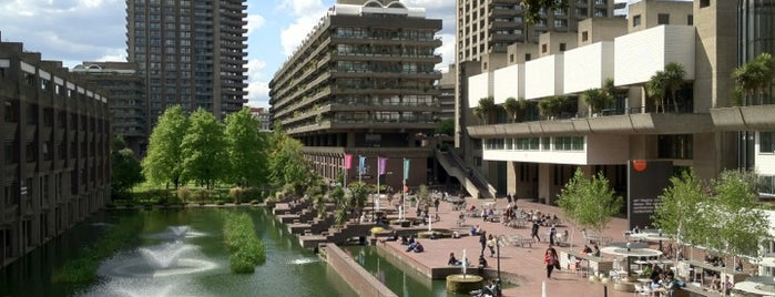 Barbican Centre is one of Londres.
