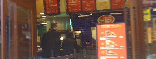 Fuddruckers is one of Lugares favoritos de Martin.