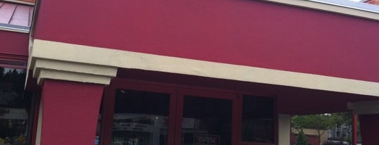 Red Robin Gourmet Burgers and Brews is one of Lugares favoritos de Kevin.