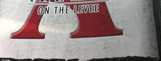 Arnie's On The Levee is one of Tempat yang Disukai Matt.