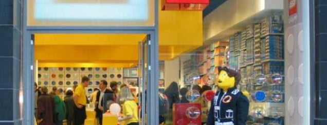 LEGO Store is one of Lugares favoritos de Levent.