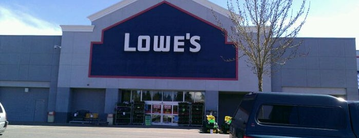 Lowe's Home Improvement is one of Lugares favoritos de Jeff.