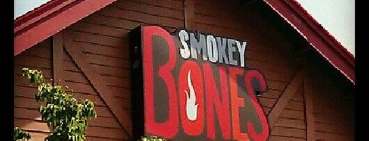 Smokey Bones Bar & Fire Grill is one of Orte, die Cel gefallen.