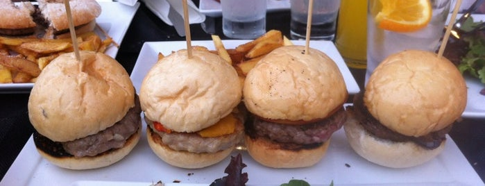 Manhattan Gourmet Burger is one of Orte, die Riaz gefallen.