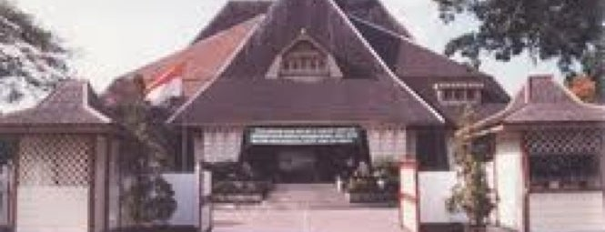 Gedung Mayangkara eks De Javasche Bank is one of Characteristic of Surabaya.