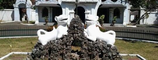 Keraton Kasepuhan Cirebon is one of Locais curtidos por Ririn.