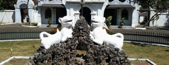Keraton Kasepuhan Cirebon is one of Lugares favoritos de Ririn.
