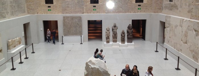 Neues Museum is one of StorefrontSticker #4sqCities: Berlin.