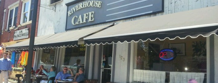 The Riverhouse Cafe is one of Locais curtidos por Tiffany.