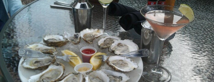 Oyster Company & Raw Bar is one of Lieux qui ont plu à Brandi.