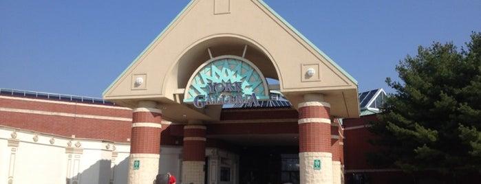 York Galleria Mall is one of สถานที่ที่บันทึกไว้ของ Sarah.