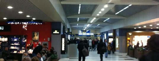 International Arrivals Hall is one of Lugares favoritos de Michael.