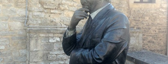 Monumento a Ken Follett is one of Kaixo Euskadi!.