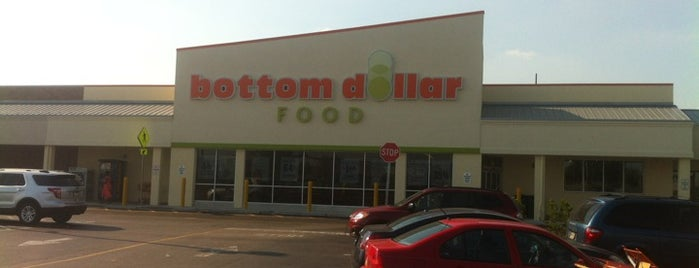 Bottom Dollar Food is one of Lugares favoritos de Mimi.